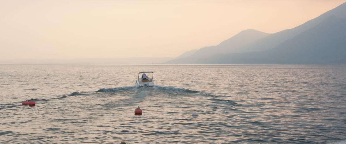 Gardasee-Boot-im-Sonnenuntergang
