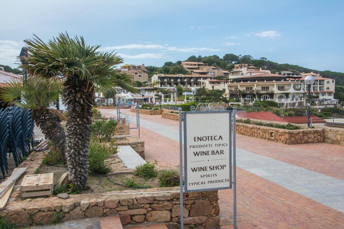 Baia-Sardinia-Strandpromenade