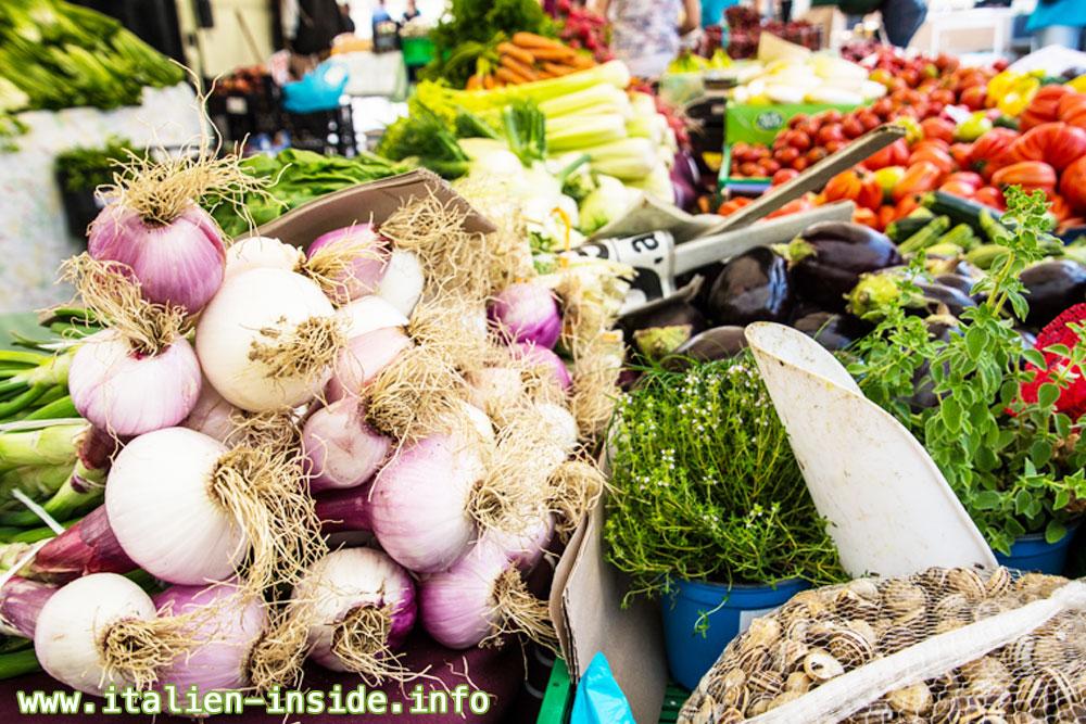 Marktstand-mit-Gemüse