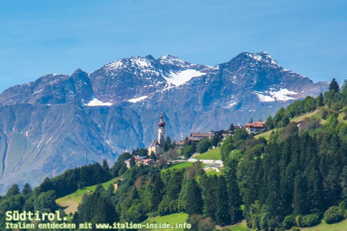 Trentino-Suedtirol-Dorf-und-Berge