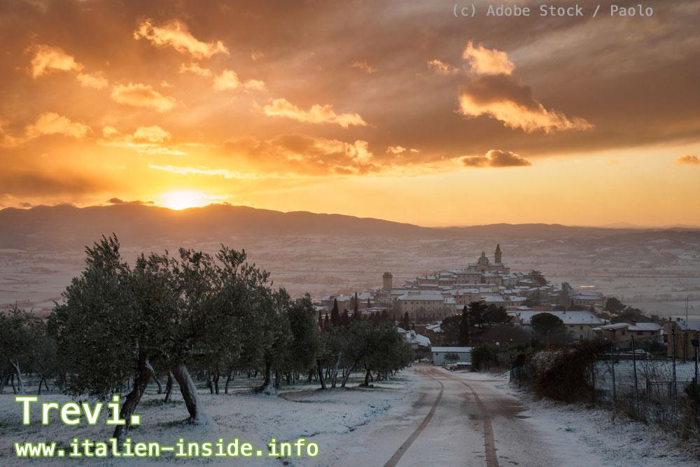 Umbrien-Dorf-und-Berge-im-Schnee