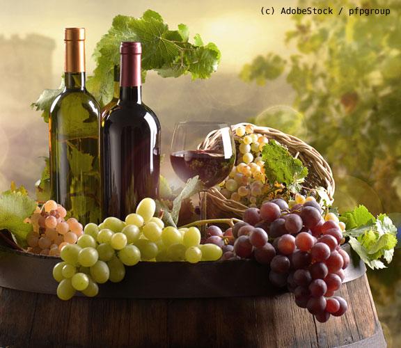 Weinflaschen-und-Trauben
